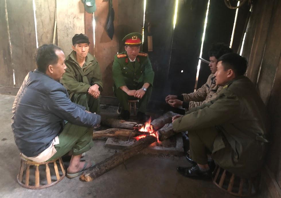 Thượng tá Trần Phúc Tú, Trưởng Công an huyện xuống địa bàn trọng điểm tuyên truyền, vận động bà con chấp hành nghiêm pháp luật.