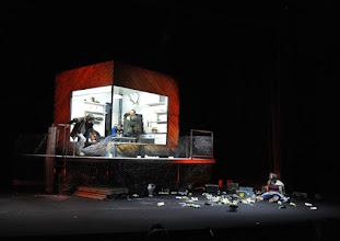 """Photo: EISWIND von Arpad Schilling - ein """"Anti-Orban-Projekt im Wiener Akademietheater. Premiere am 25.5.2016. Inszenierung: Arpad Schilling. Mit Alexandra Henkel, Falk Rockstroh, Zoltan Nagy, Martin Vischer, Lilla Sarosdi. Copyright: Barbara Zeininger"""