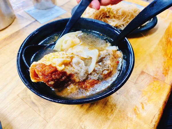 喜歡吃魚蛋,外酥內軟口感不錯。 米粉不是我喜歡的那種細軟的。 紅燒鰻湯有點甜甜的還不錯。