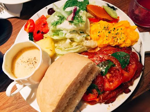 起司雞腿排早午餐很豐富,喜歡沙拉醬的味道
