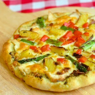 Pineapple Pizza with grilled Chicken and Asparagus.