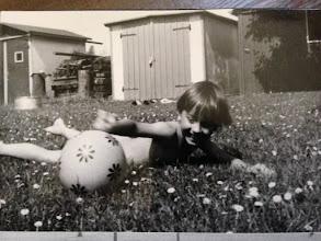 Photo: Mein Bruder entdeckt den Ball auf dem Waescheplatz...