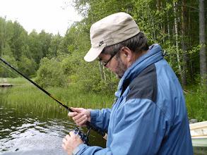 Photo: Kalastuksen opettelua virvelillä.