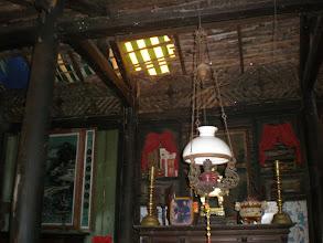 Photo: Nhà xưa, gỗ rệu rã bởi mối, mọt. Mái dột phải che bằng tấm nilông