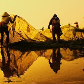 Working in sunrise by Do AmateurPic - News & Events World Events ( sầm sơn beach, thanh hóa, việt nam, fishing, sunrise, net, amateurpic )