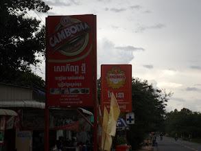 Photo: Kamboschanisches und Deutsches Bier, beworben in trauter Zweisamkeit - ...