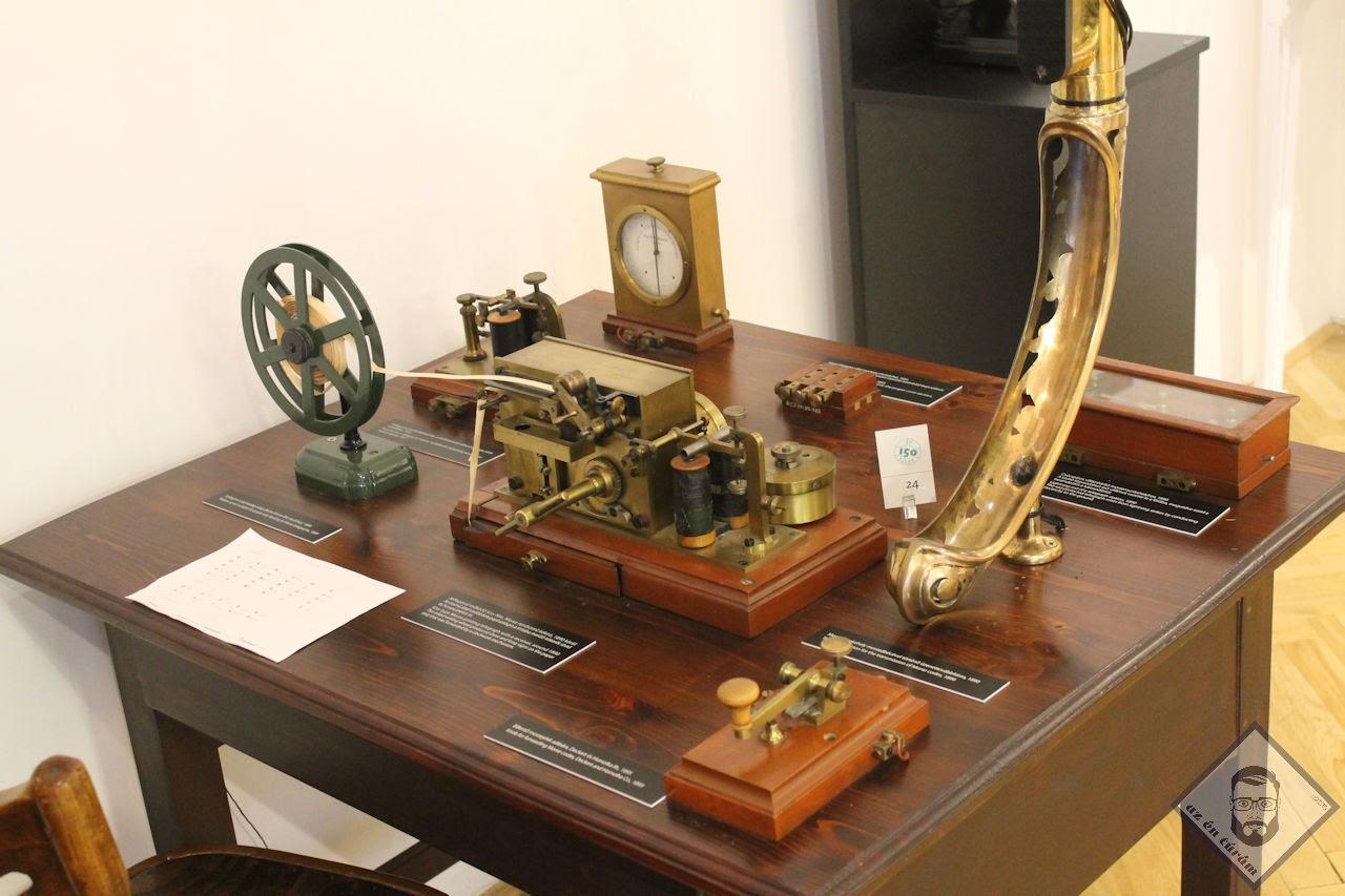 KÉP / Morse távíró készülék és egy súgó a morse kódokkal