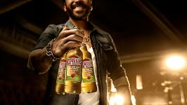 man met 3 flessen bier in een hand