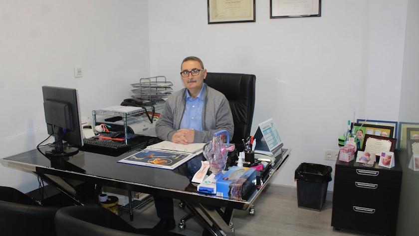 La Clínica de reproducción asistida y ginecológica 'Roquetas F.I.V.' está dirigida por el doctor D. Juan José Khouri Choufani.