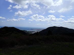 右に高草山と焼津港