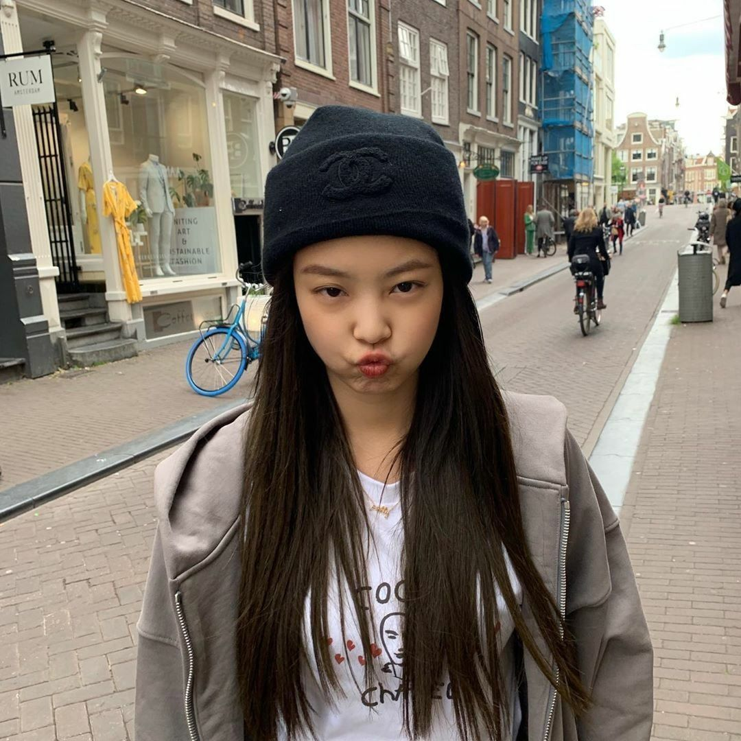 jennie puckered lips