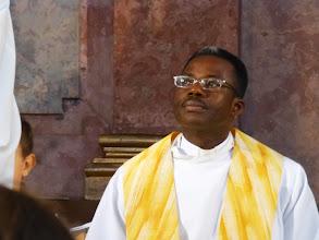 Photo: Der Pfarrer von Karnabrunn hat uns am Fuß des Kirchberges empfangen.