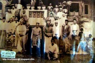 Photo: Andi Mappanyukki foto bersama dengan Karaeng Barombong, di Jongaya, Gowa. http://nurkasim49.blogspot.ro