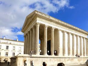 Photo: la Maison Carrée est dédiée pour Auguste à la gloire de ses deux petits-fils