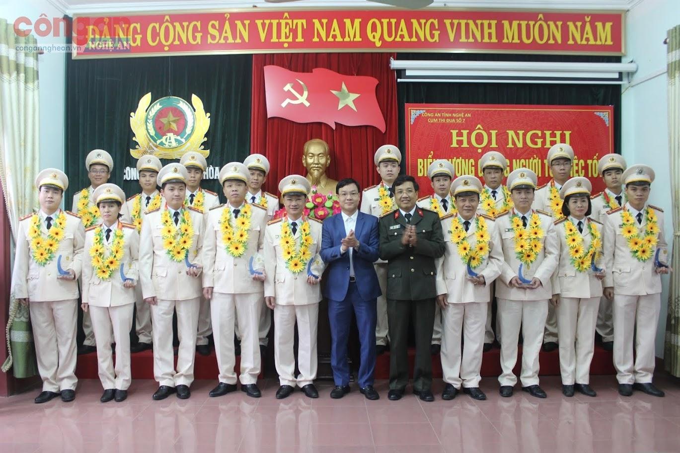 """Lãnh đạo Công an tỉnh và Thị ủy Thái Hòa khen thưởng các cá nhân có thành tích xuất sắc trong thực hiện phong trào thi đua """"Vì ANTQ"""" giai đoạn 2015 - 2020"""