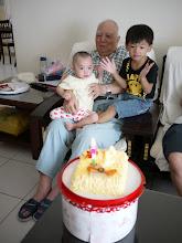 Photo: 順便幫爺爺過父親節...兩小和爺爺合照