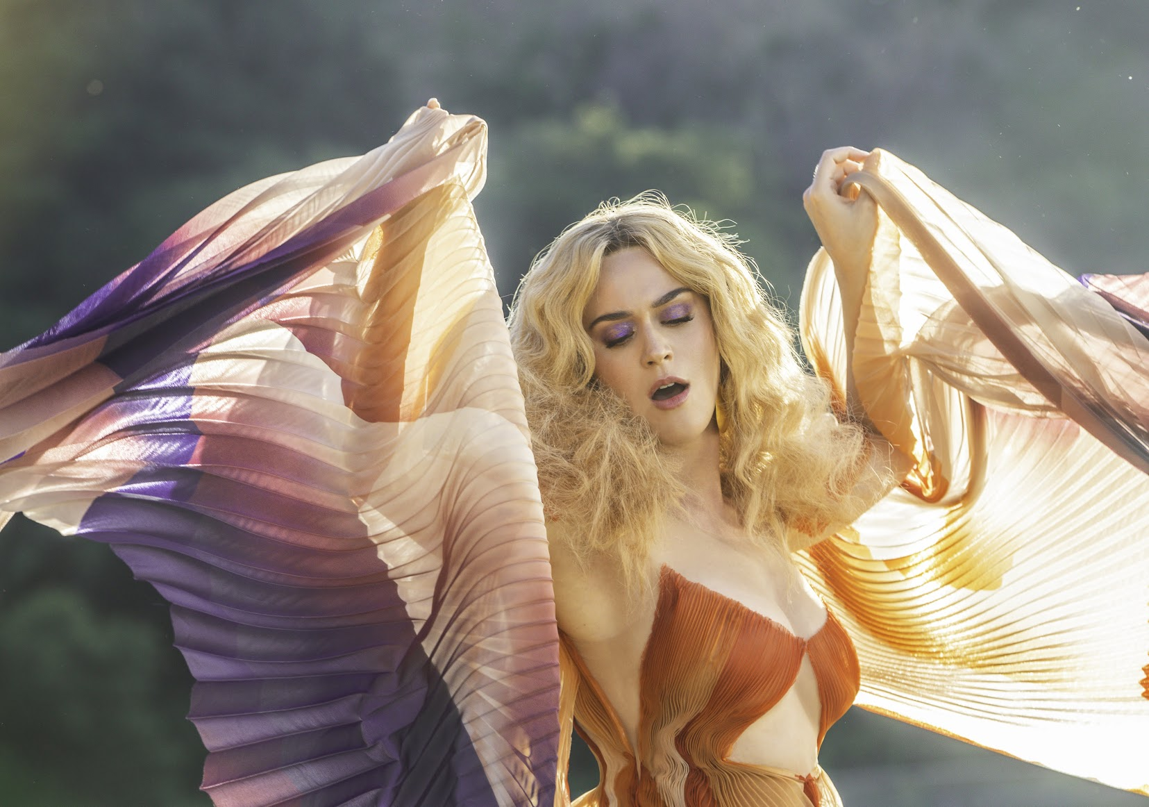 [迷迷音樂] 流行天后 凱蒂佩芮 Katy Perry 睽違兩年終於推出新作  宣傳新曲 天后與樂迷開心秀刺青
