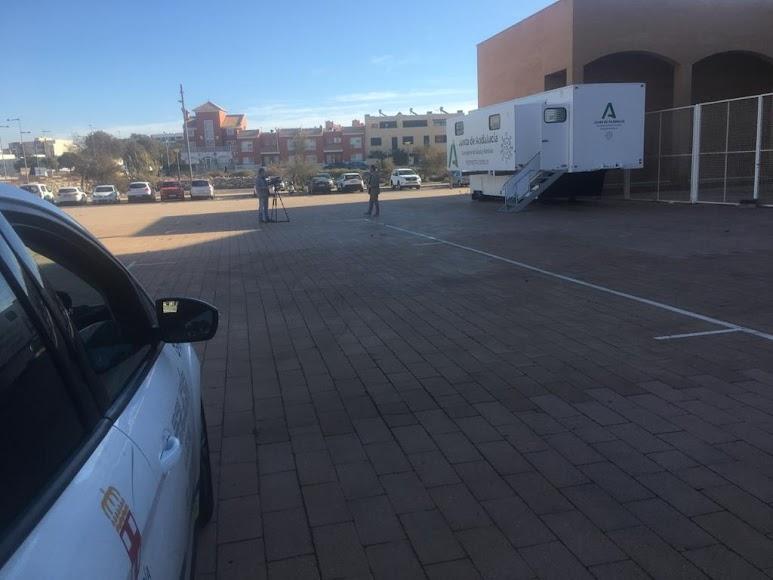 La Policía custodia la zona donde se realizan los test.