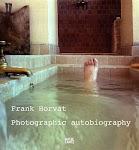 voet steekt uit water in betegeld bad
