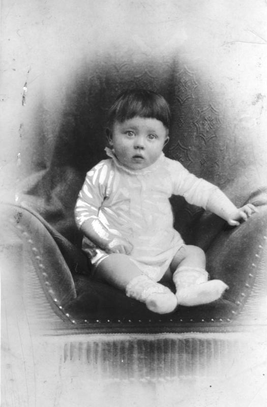 Bundesarchiv_Bild_183-1989-0322-506,_Adolf_Hitler,_Kinderbild.jpg
