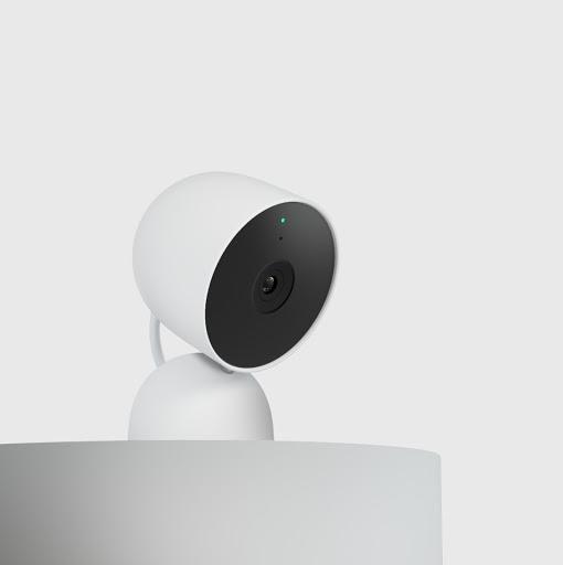 Una Nest Cam posizionata su una mensola, vista di profilo.