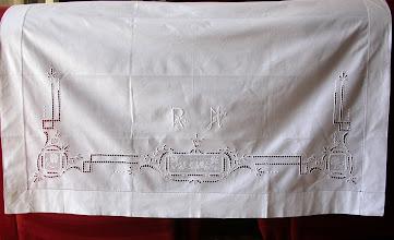 Photo: il copricuscino che veniva posto sulle federe. I due copricuscini erano completati da una lunga striscia che doveva fungere da finta piega.