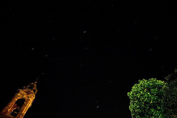 cielo stellato, campanile e albero. di Gil