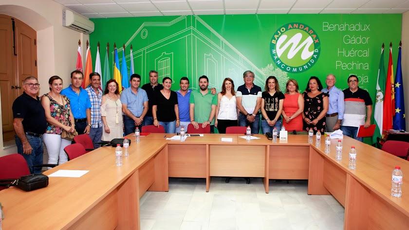 Foto de familia tras el pleno de investidura con Ángeles Castillo (de blanco) en el centro.