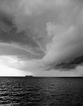 dreigende wolken boven een schip op zee? meer?