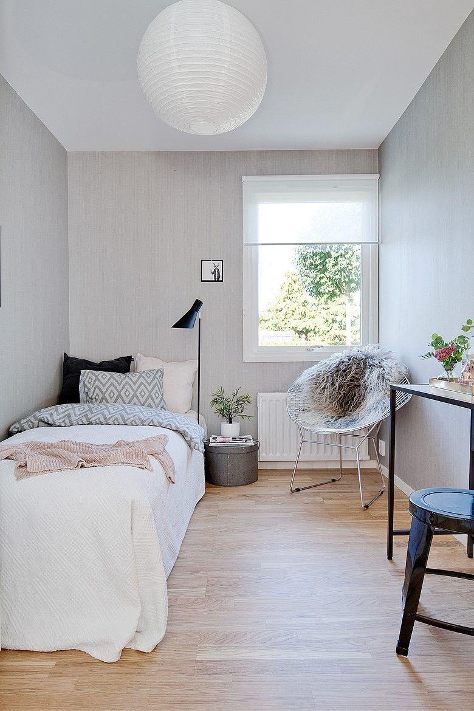 Giường ngủ sát tường có thể bao quát căn phòng dễ dàng nhất