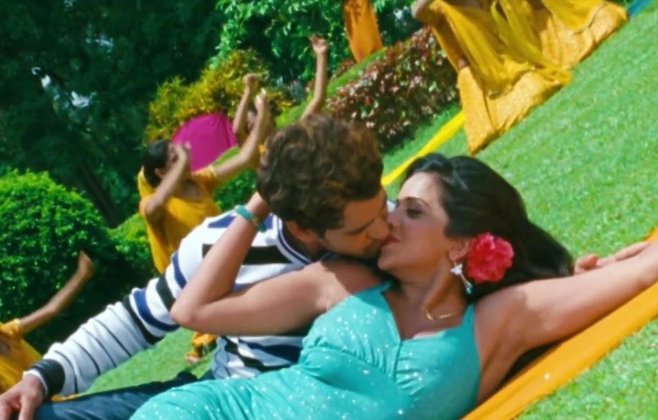 Bhojpuri Actress Monalisa kiss to nirahua