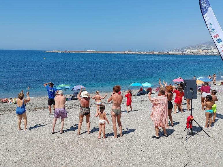 Víctor, de Nexa Fit, ha levantado a todo el público de la playa de Adra