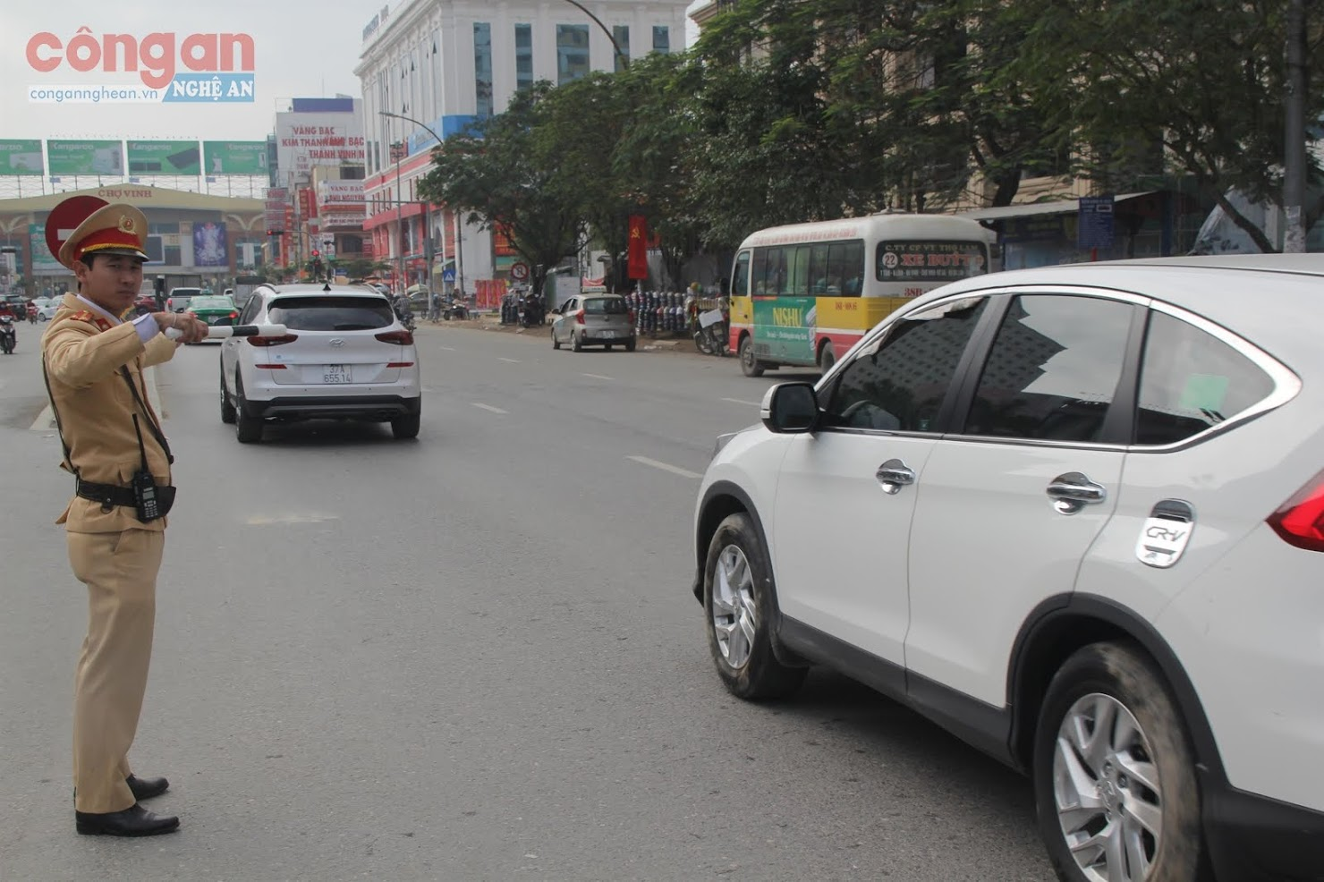 Cán bộ Đội CSGT-TT Công an TP Vinh phân luồng,  chỉ huy giao thông tại các ngã tư, giao lộ,  giúp cho người dân đi lại được thuận tiện