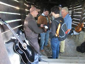 Photo: Rou1P23-151003échanges avec deux guitaristes, Sighisoara IMG_9108