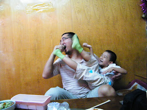 Photo: baby son, warrenzh, Hope of China, kicked his proud dad, 朱子卓's head in a play.