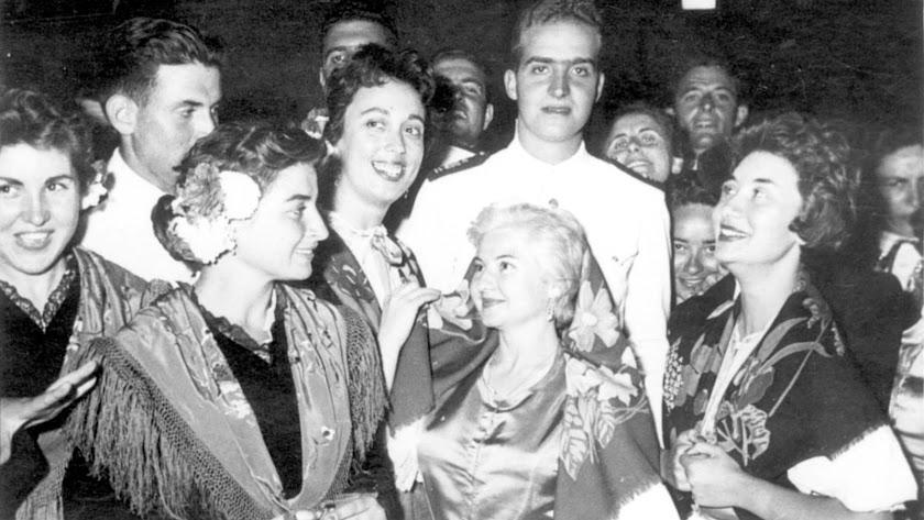 Juan Carlos, el futuro rey entonces, en un baile de gala en el Casino de Almería en 1958.