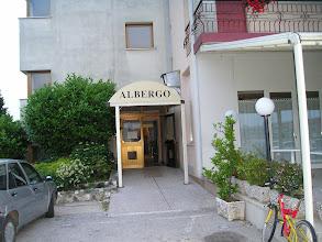 Photo: ingresso laterale albergo