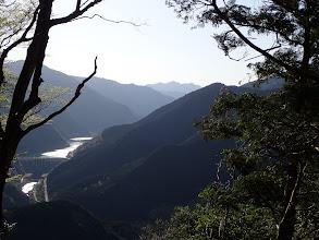 大滝ダムと中央奥に白鬚山