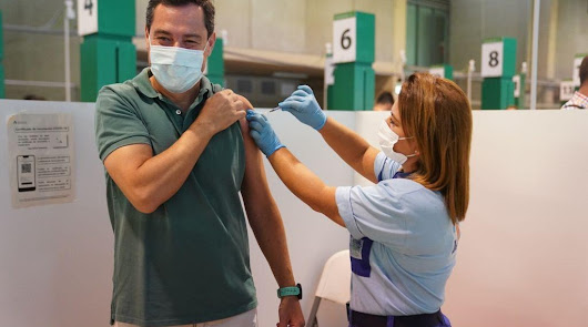 Juanma Moreno se vacuna contra el coronavirus tras pasar la enfermedad