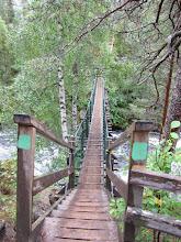 Photo: De hangbrug dus. Er stond een bordje bij dat het voorboden was om met 2 personen tegelijk de brug te betreden. Uiteraard veert zo'n brug mee als je erover loopt.