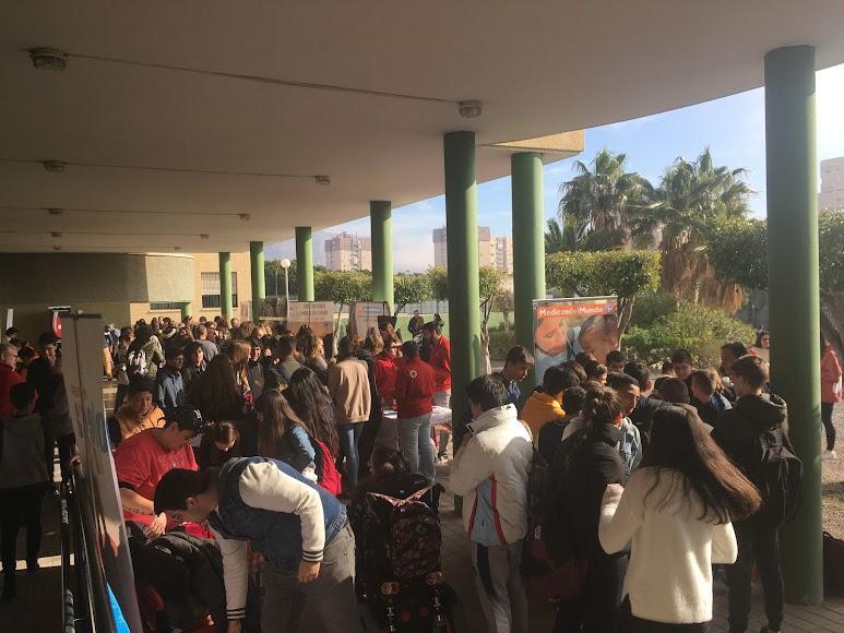 Los alumnos se interesaban por los diferentes stands durante la jornada.