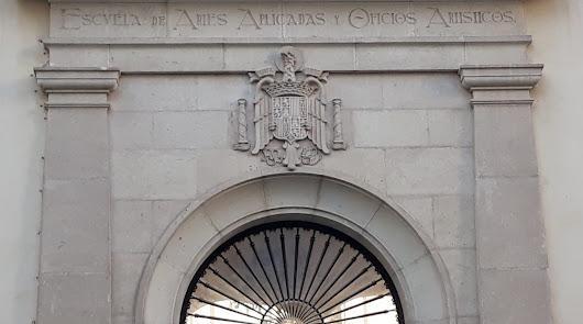 La retirada del escudo preconstitucional de la Escuela de Artes está más cerca
