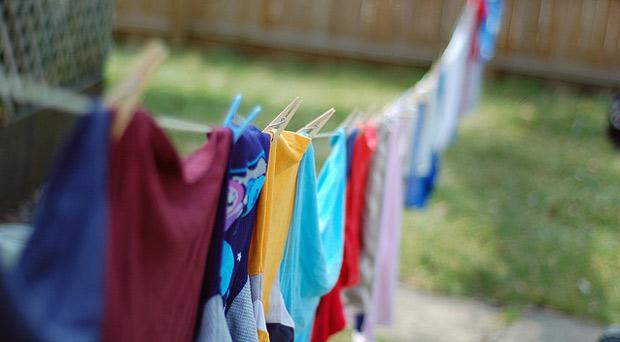 Menjemur pakaian di luar ruangan - source: trustedclothes.com