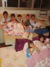 Photo: Programação noturna: Kirikou e a Feiticeira (Miguel Felipe, Yehia, Caio, Theo, Igor, Letícia e Maria)
