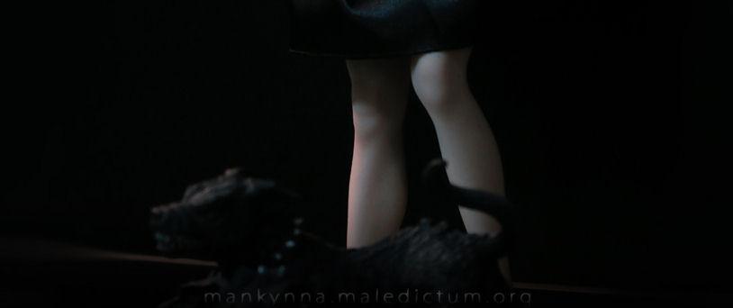 Вместе с куклой - целуя ее ноги