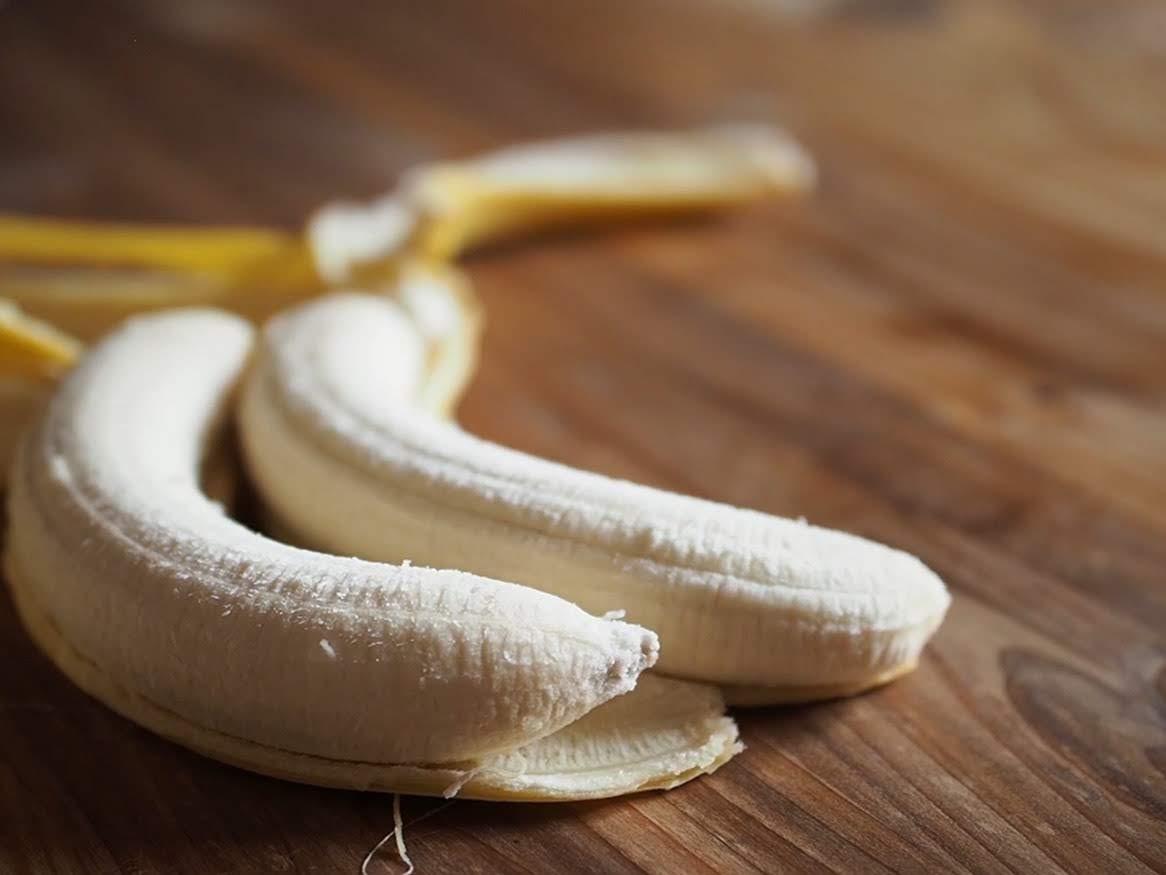 バナナの皮をむく