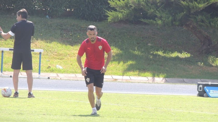 Fran Callejón entrenando al margen en el Anexo.