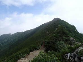北峰への登りに