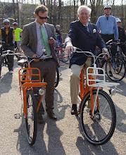 Photo: Nizozemský velvyslanec Eduard W. V. M. HOEKS a jeho pravá ruka Marek Fišer na pracovních oranžových kolech.  autor: Sylva Švihelová