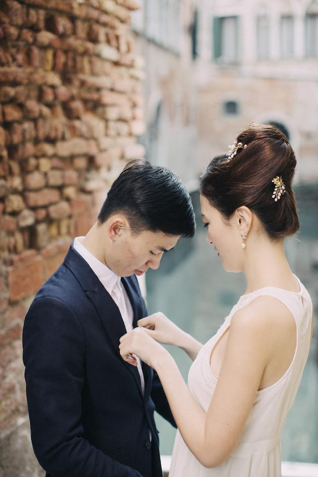 20-Non-Cheesy-Poses-for-Your-Engagement-Shoot-Bridal-Musings-Wedding-Blog-22